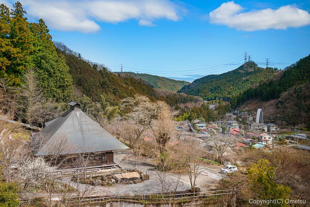 あきる野市・乙津の、龍珠院の眺め