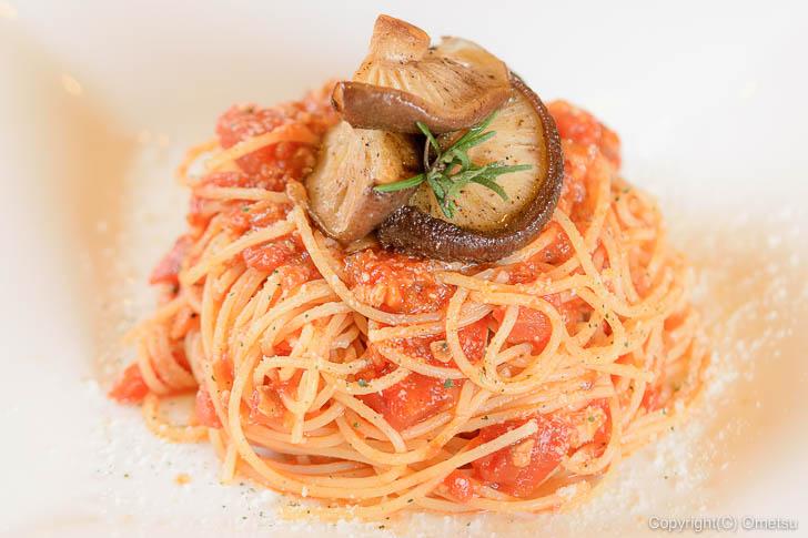 青梅市・内沼きのこ園の喫茶室「ぴるつ」の、きのこを煮込んだ、トマトソースのスパゲティー