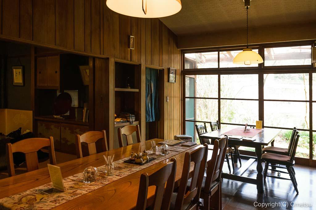 あきる野市・五日市の、小机邸・喫茶室 安居の、店内