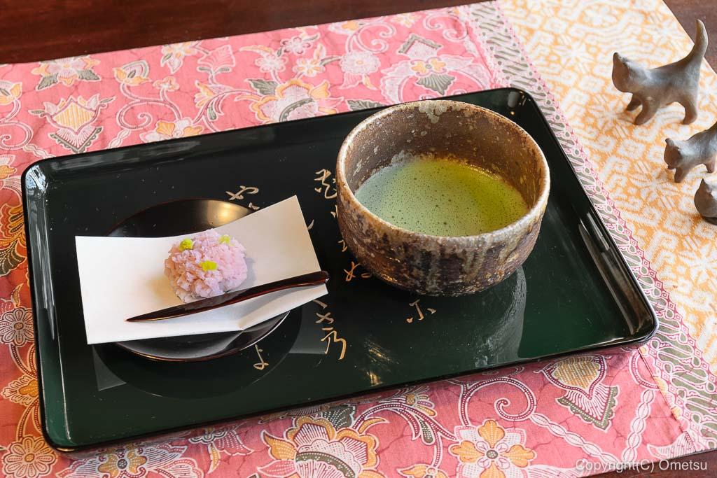 あきる野市・五日市の、小机邸・喫茶室 安居の、和菓子付きの抹茶