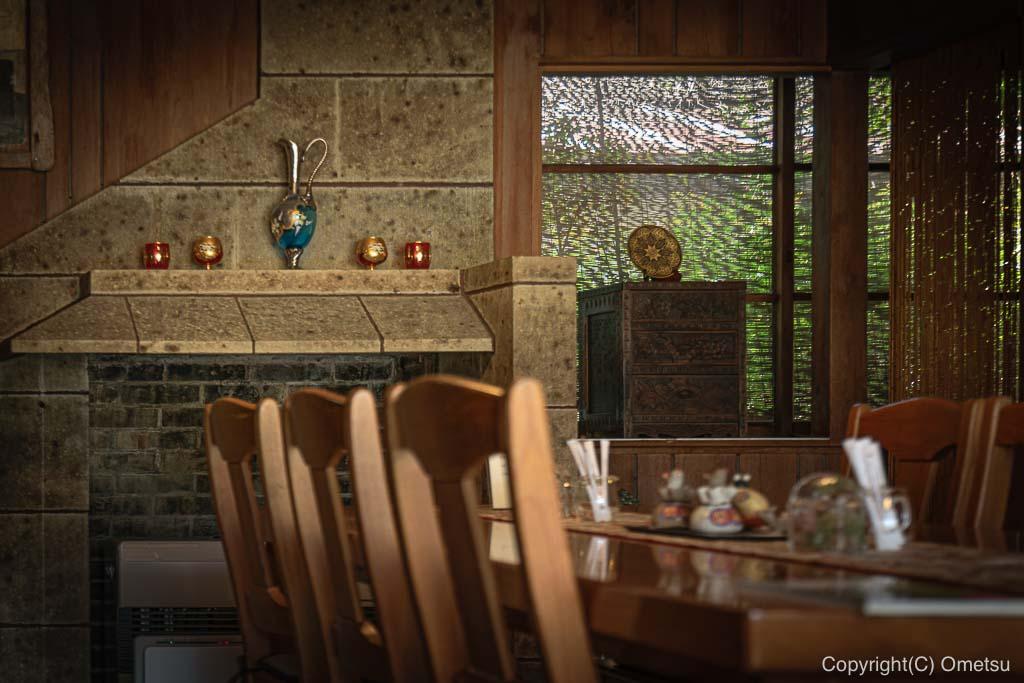 あきる野市・五日市の、小机邸・喫茶室 安居の、店内の暖炉