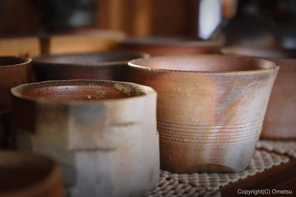 青梅市の蕎麦店、「ギャラリー亜陶」の店内の、陶芸品