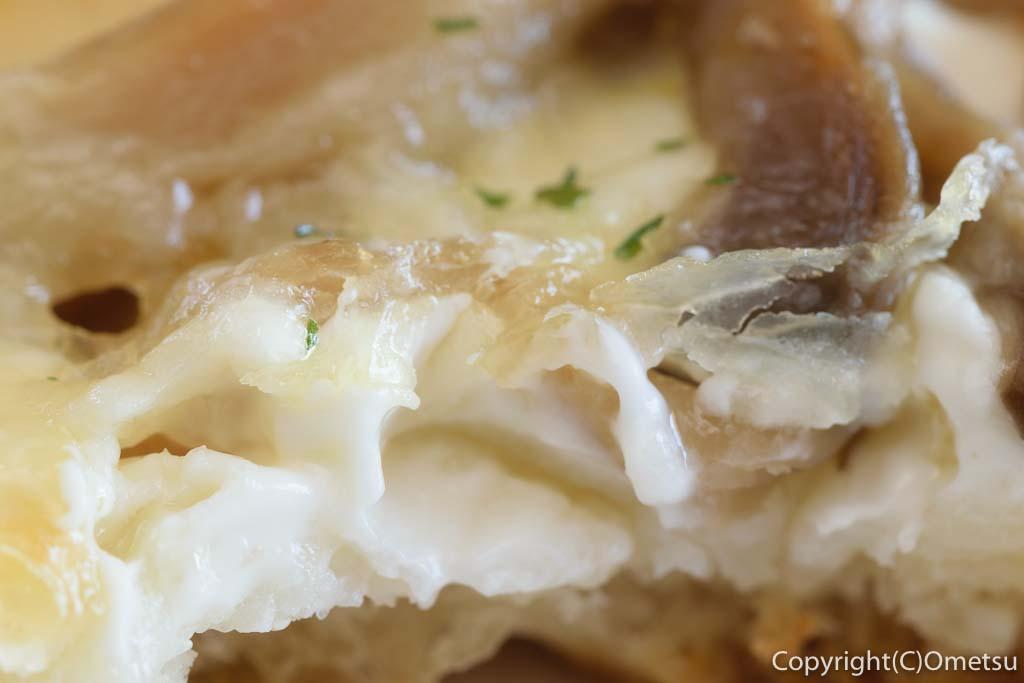 青梅・河辺のパン屋「麦の芽」の、きのこのフォッカッチャのチーズ