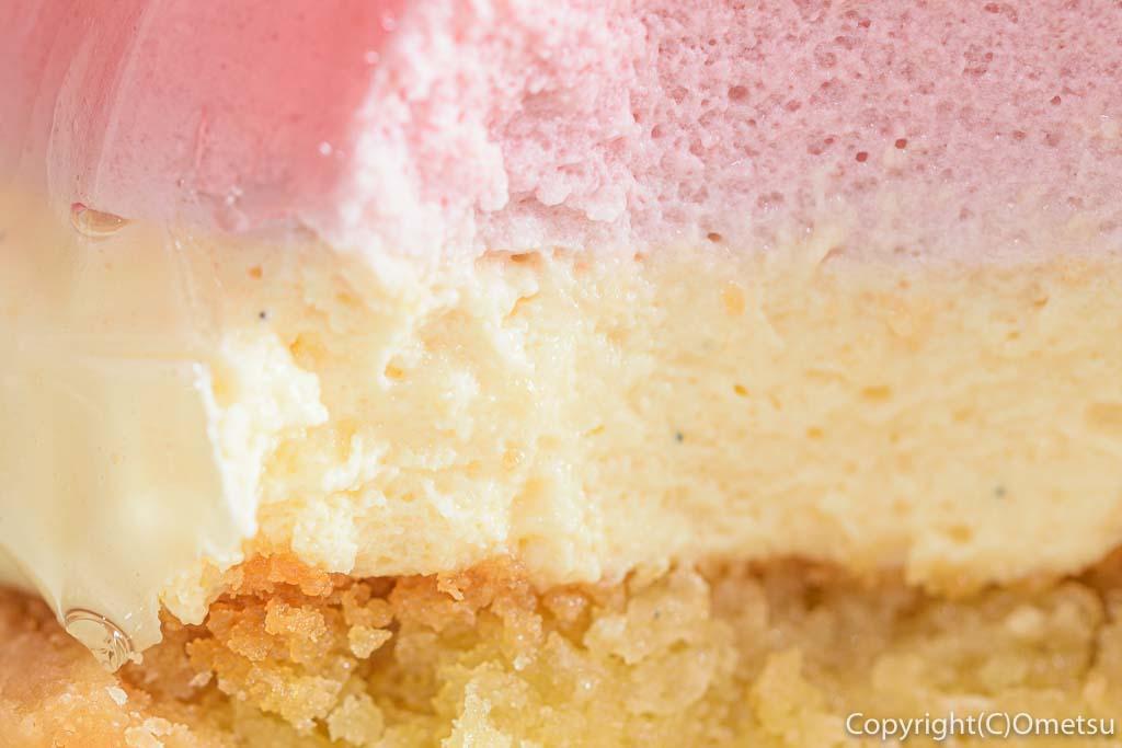 青梅・河辺のケーキ店、マシェリーアンジュの、苺のムースタルトの断面