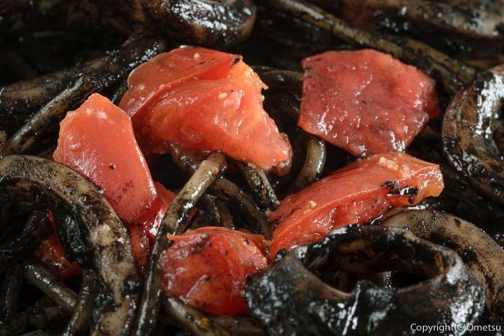東青梅のイタリアンYOSHIZOの、スルメイカとアンチョビのイカスミソースとトマト