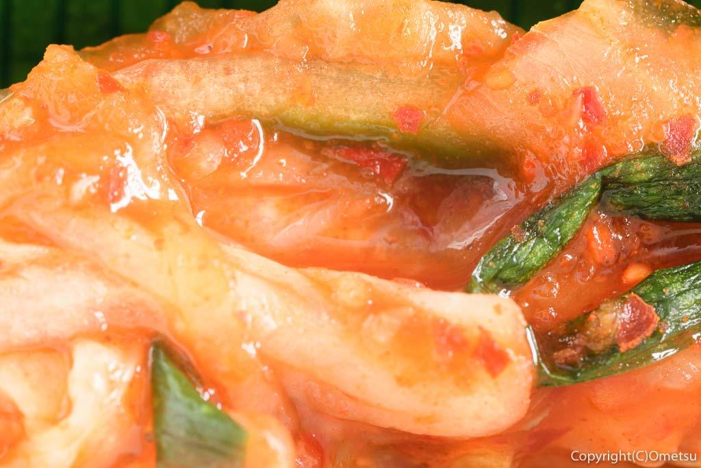 青梅・河辺の「宮よし」の豚ハラミ丼のキムチ
