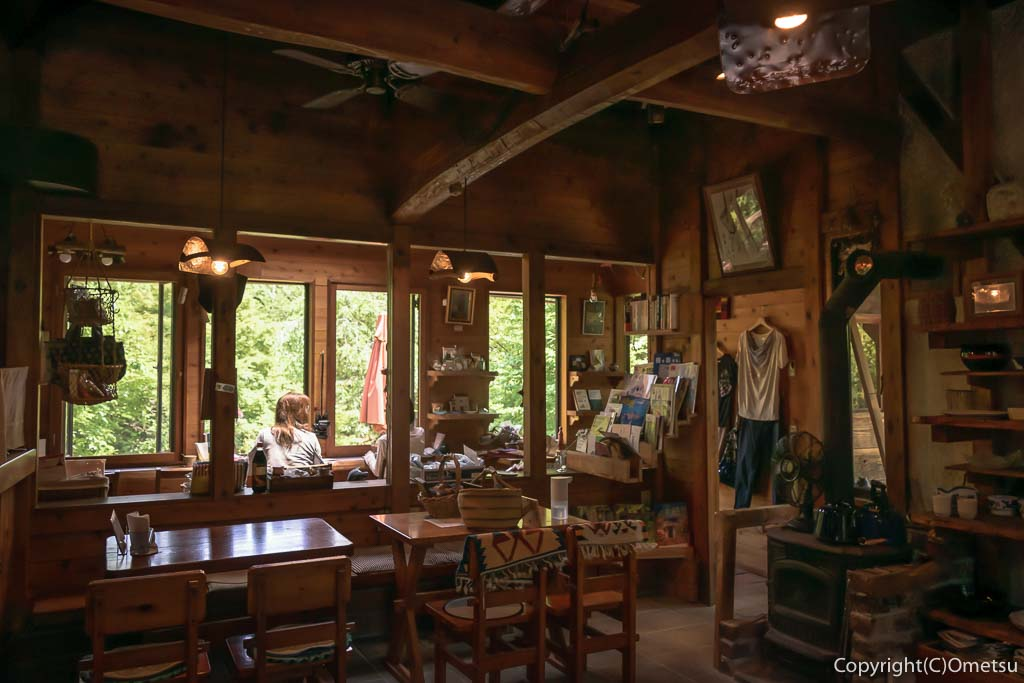 青梅・岩蔵温泉の、カフェ・ユバの店内