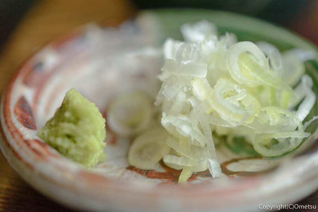 青梅市・塩船観音寺の門前そば、「もとはし」の、せいろ蕎麦の薬味
