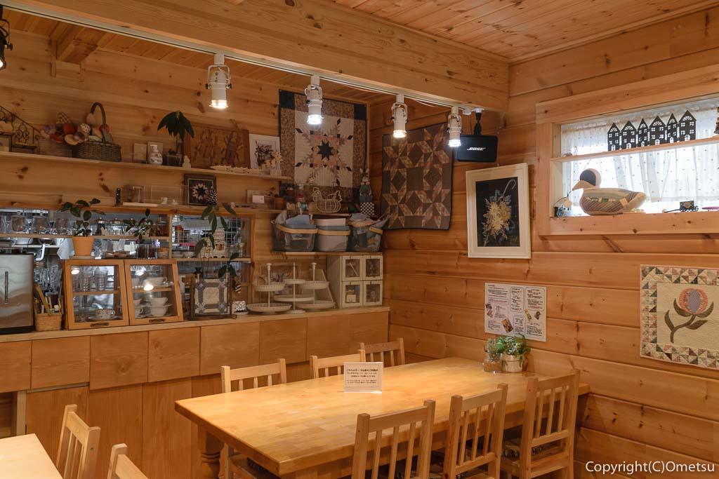 青梅・河辺のカフェ「もりのねこ」の店内