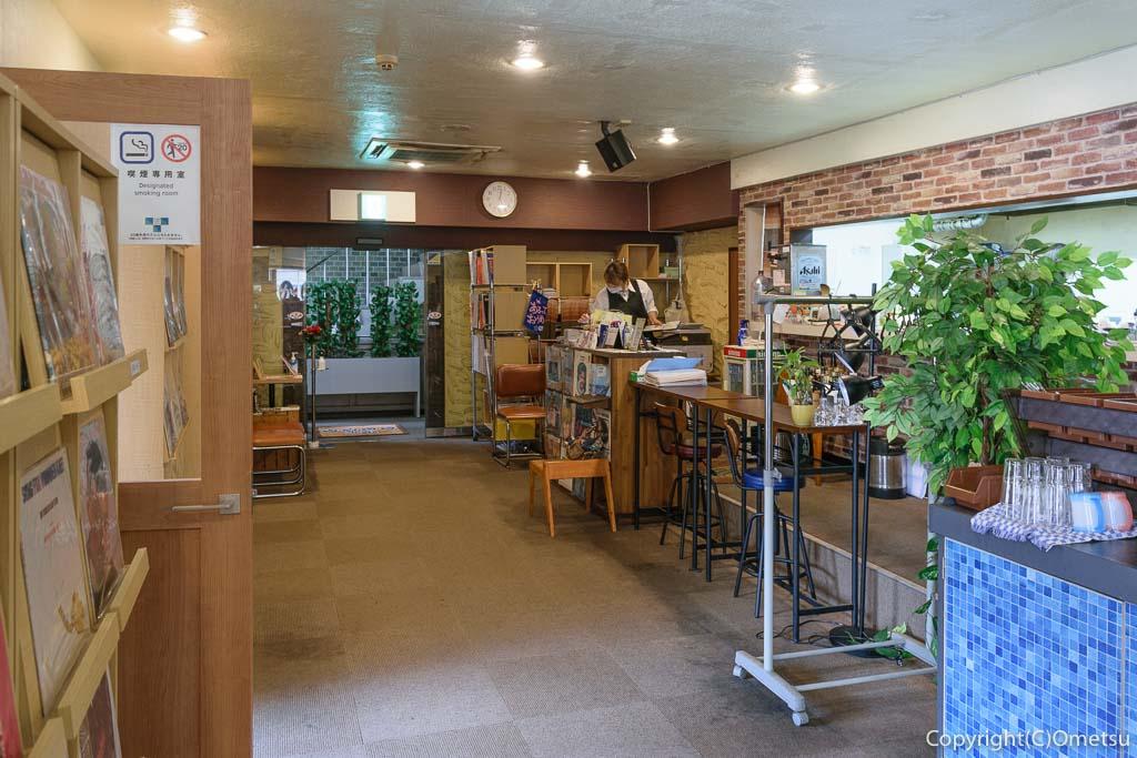 青梅駅前の、「喫茶ここから」の店内
