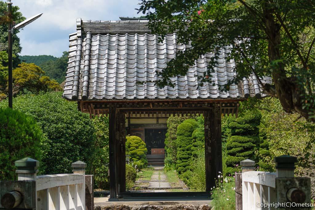青梅市・黒沢の聞修院の山門