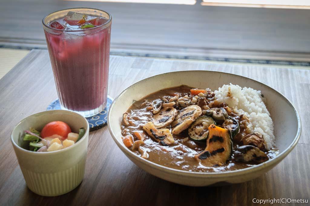青梅市・沢井マウンテンカフェの、焼き野菜カレーと、スパイスぶどうジュース