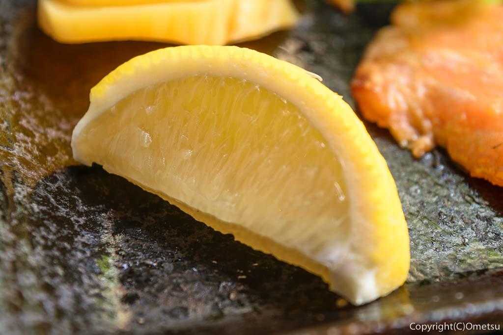 青梅市・河辺の、ビストロ今の、サーモンの味噌焼き定食のレモン