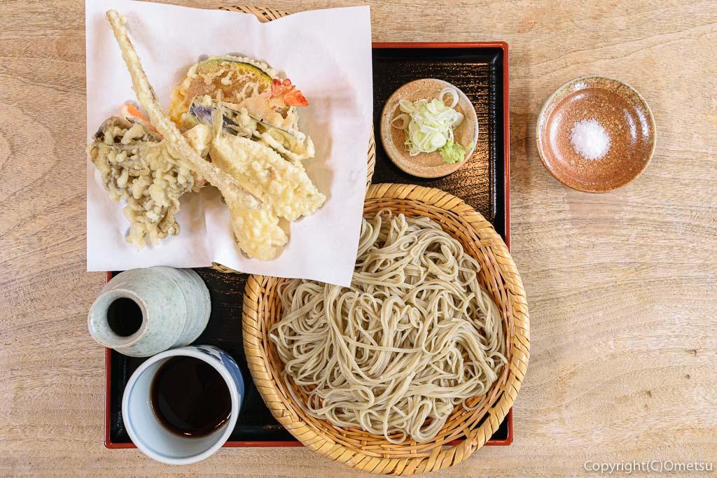 あきる野市・菅江の蕎麦店「よしの」の、天せいろ