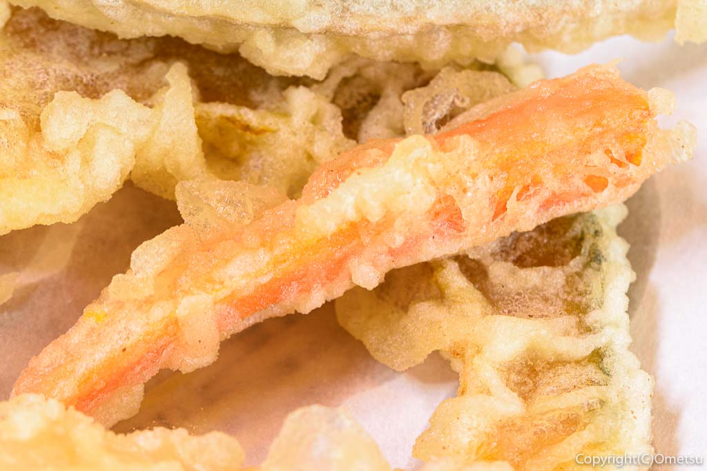 あきる野市・菅江の蕎麦店「よしの」の、ニンジンの天ぷら