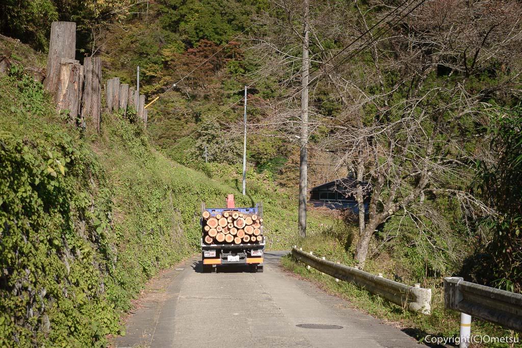 檜原村・笛吹の木材を運ぶトラック