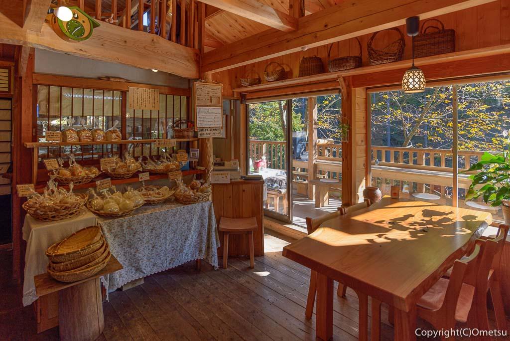 檜原村・笛吹の「たなごころ」の店内
