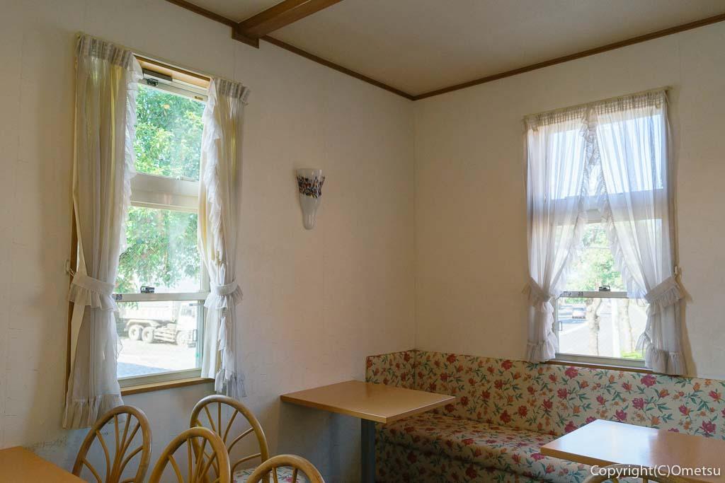 青梅・新町の洋食店、カフェレストランパセリの店内
