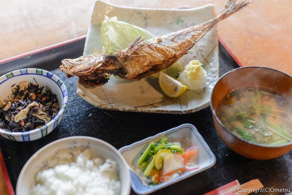 青梅市・岩蔵温泉の、「古民家いろり」の、焼魚定食の、アジの開き