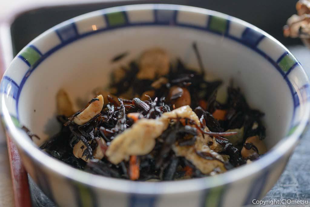 青梅市・岩蔵温泉の、「古民家いろり」の、焼魚定食のひじきの煮物