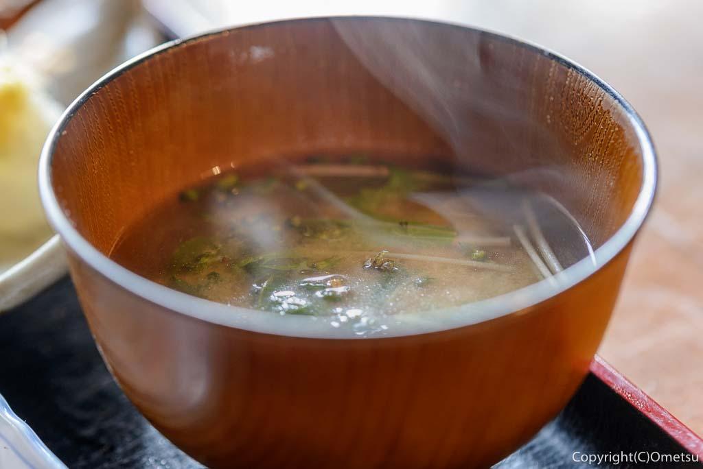 青梅市・岩蔵温泉の、「古民家いろり」の、焼魚定食の、味噌汁