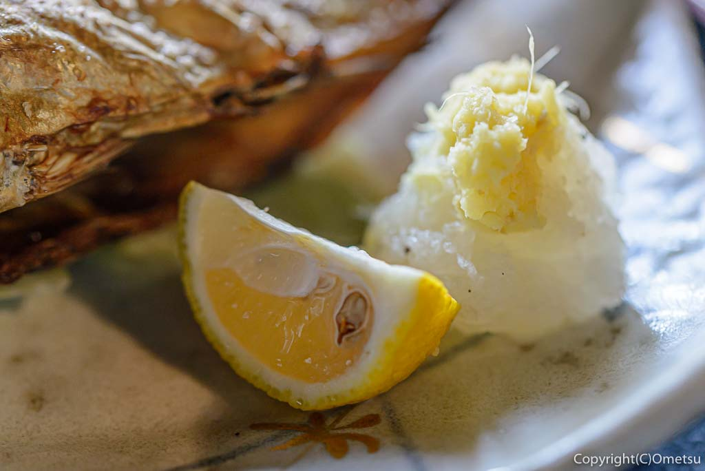 青梅市・岩蔵温泉の、「古民家いろり」の、焼魚定食の薬味