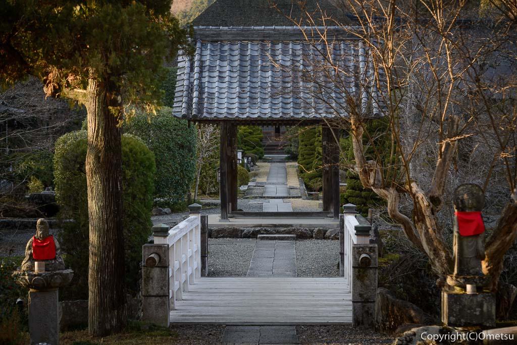 青梅市、聞修院の山門
