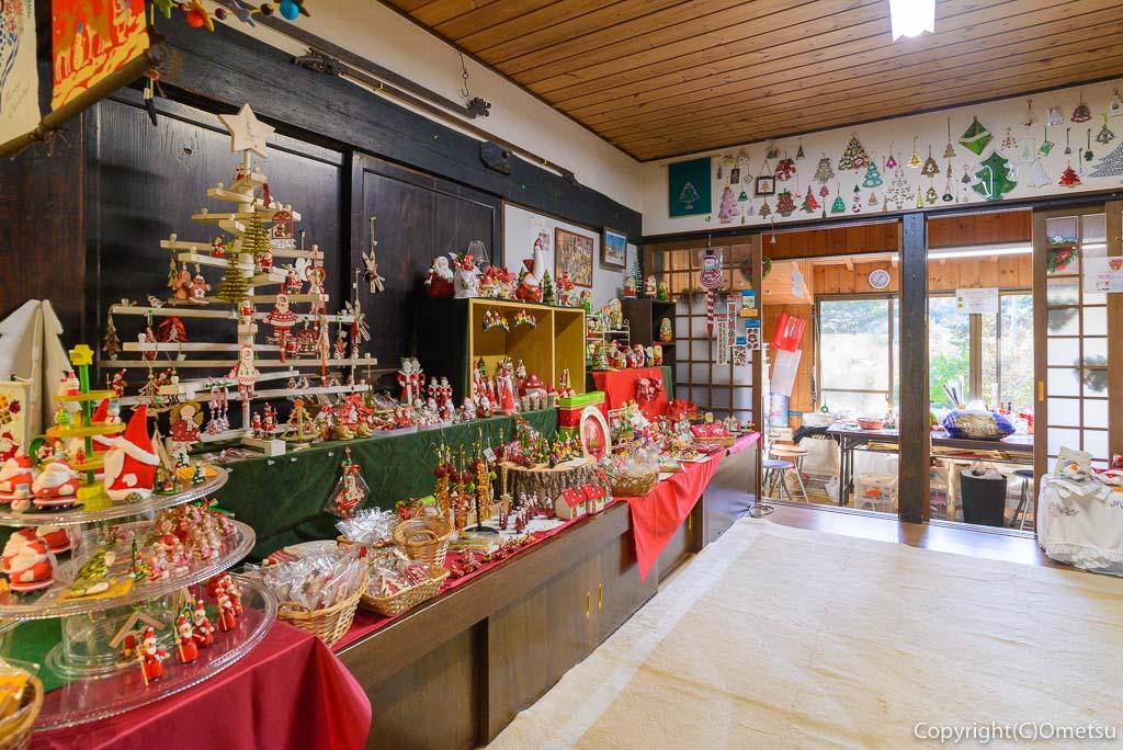 青梅・岩蔵温泉の、サンタの家 ギャラリー わあす の店内