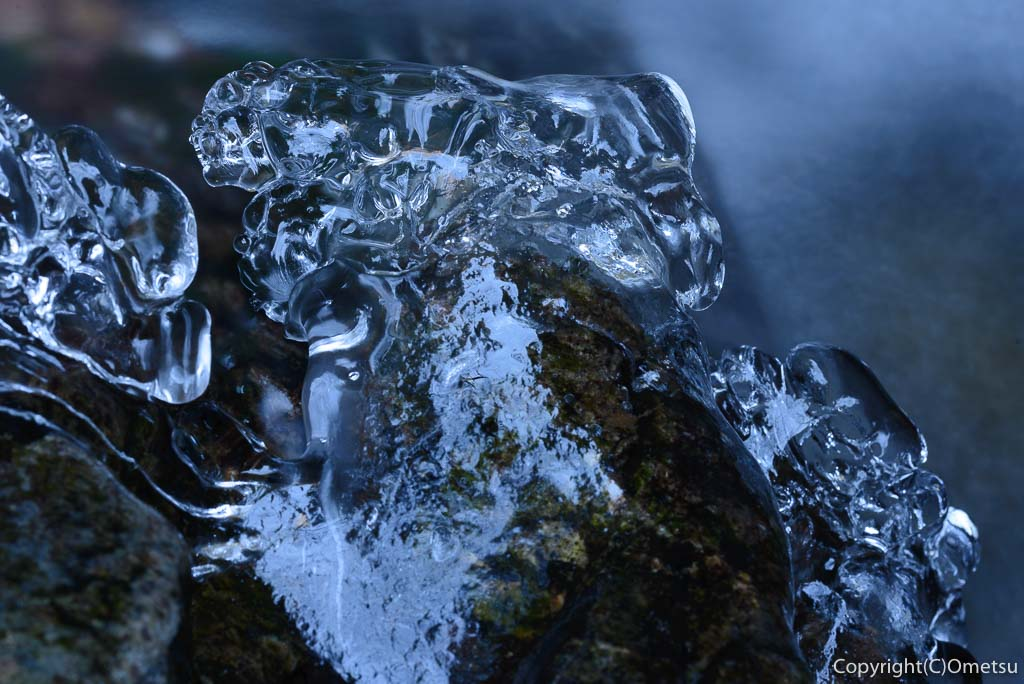 檜原村・払沢の滝の近くの、沢の氷り