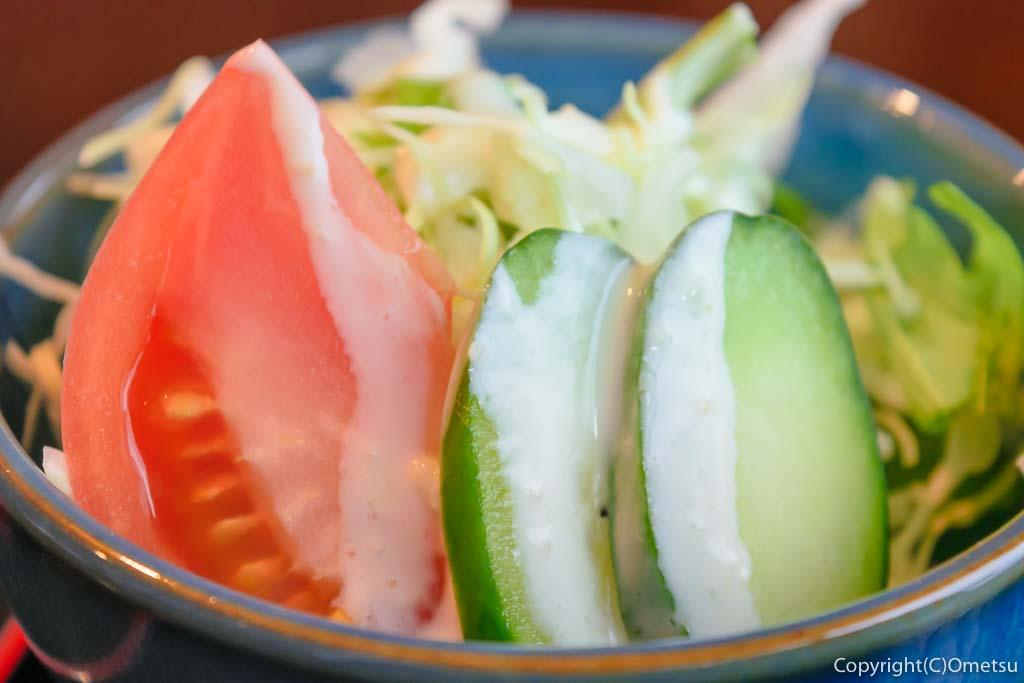 青梅市・駒木の和食店」まつもと」の、鮪のごまだれ & イクラ丼セットのサラダ
