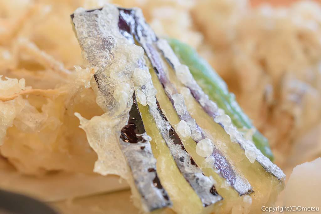 あきる野市・信州安曇野手打ち蕎麦 たか瀬の、野菜天ぷらせいろのナスの天ぷら