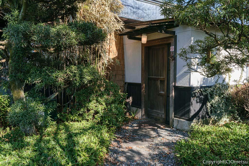 青梅市の蕎麦店・月与の童屋の玄関