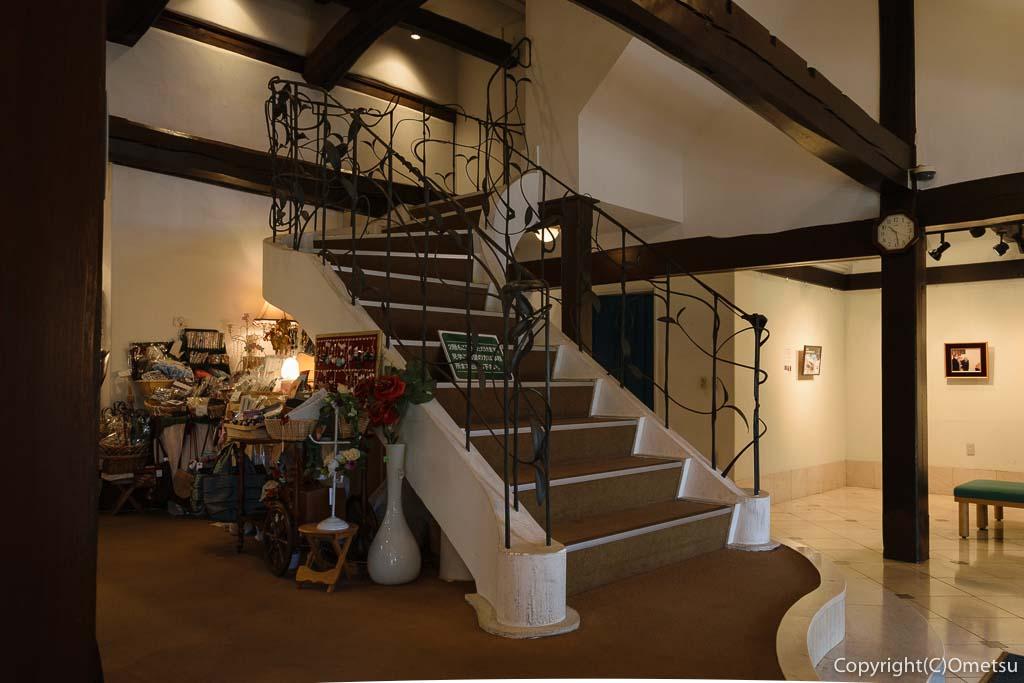 瑞穂町・耕心館の、喫茶ストーリアの店内の螺旋階段