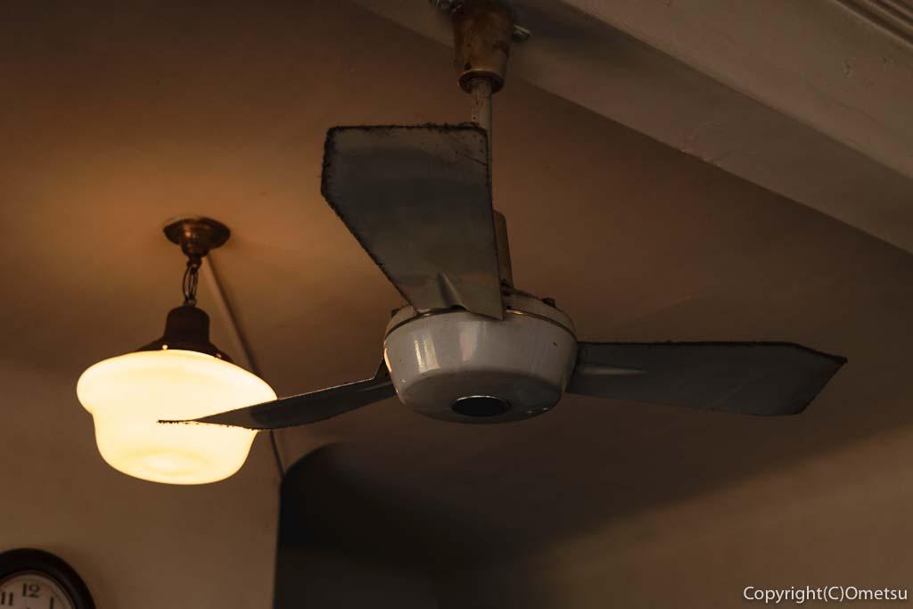 青梅市のカフェ「夏への扉」の店内の扇風機