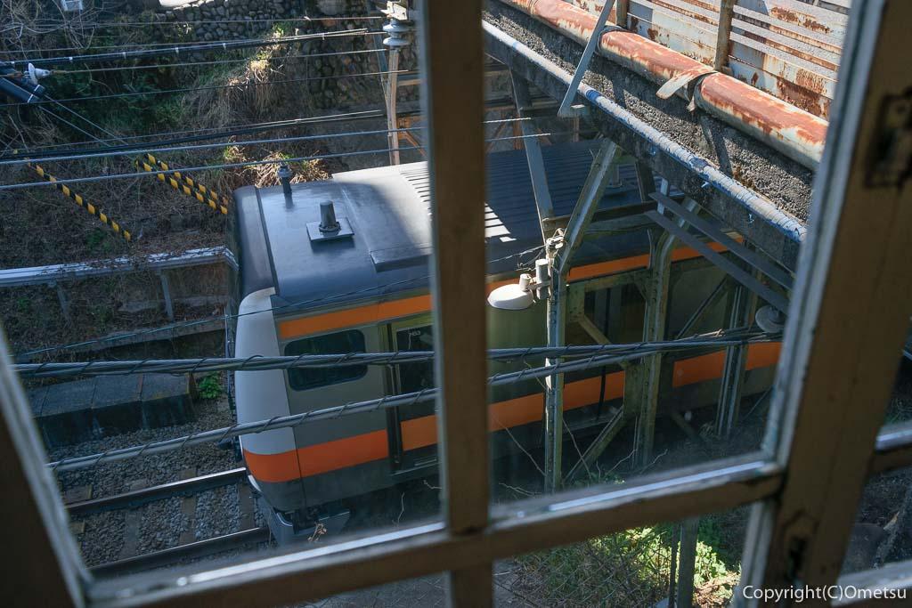青梅市のカフェ「夏への扉」の店内から、青梅線の列車