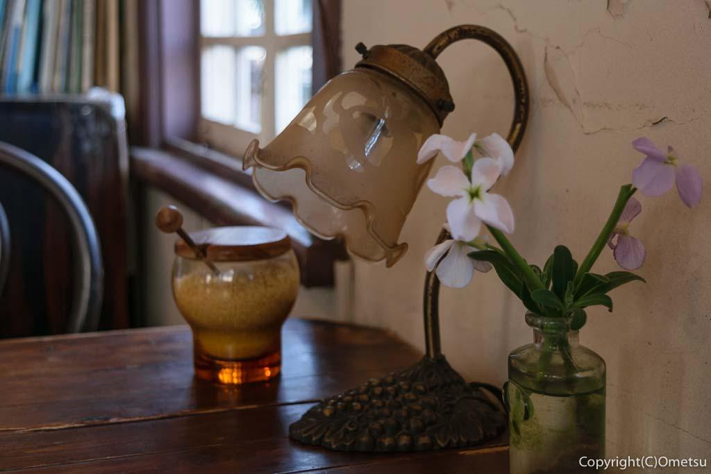 青梅市のカフェ「夏への扉」の店内のランプ