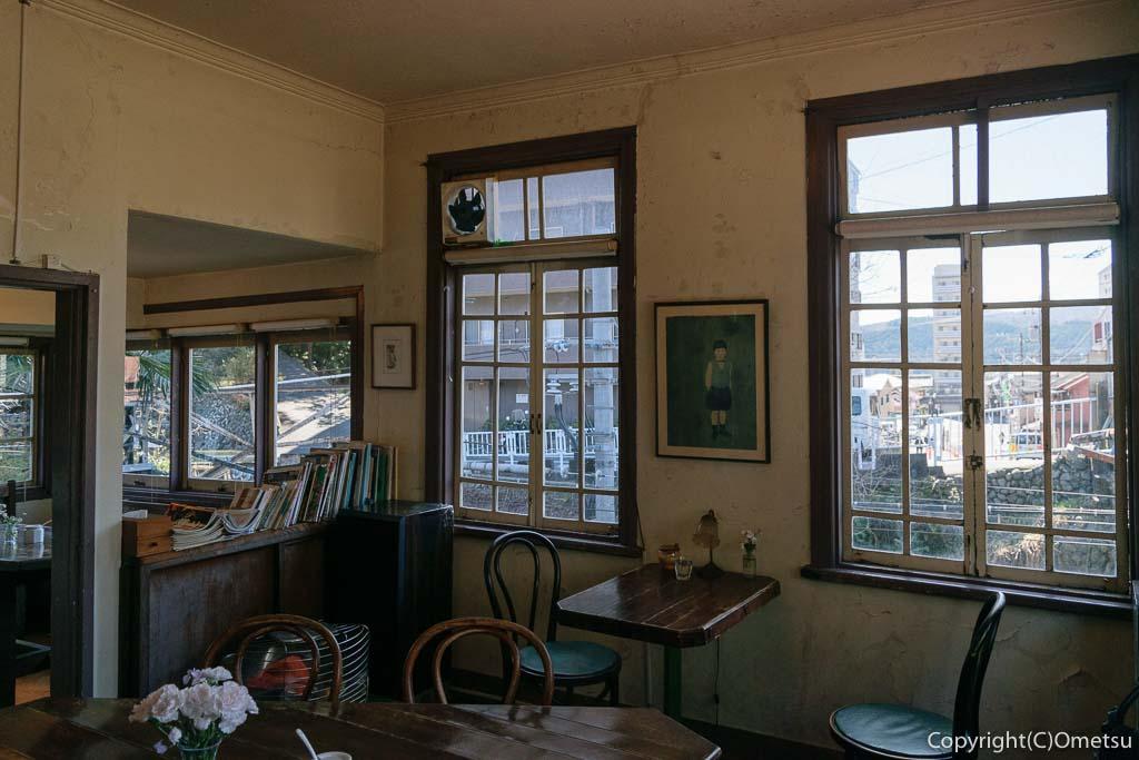 青梅市のカフェ「夏への扉」の店内