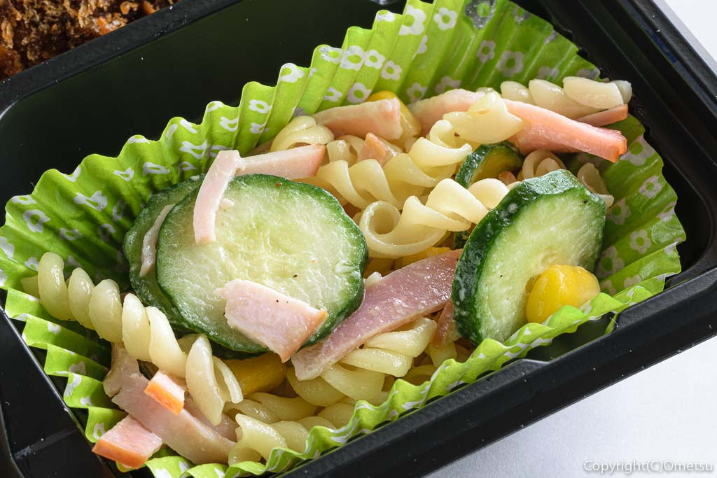 青梅市・河辺駅近くの、やきとりふうちゃんの牛肉100%メンチカツ弁当のサラダ