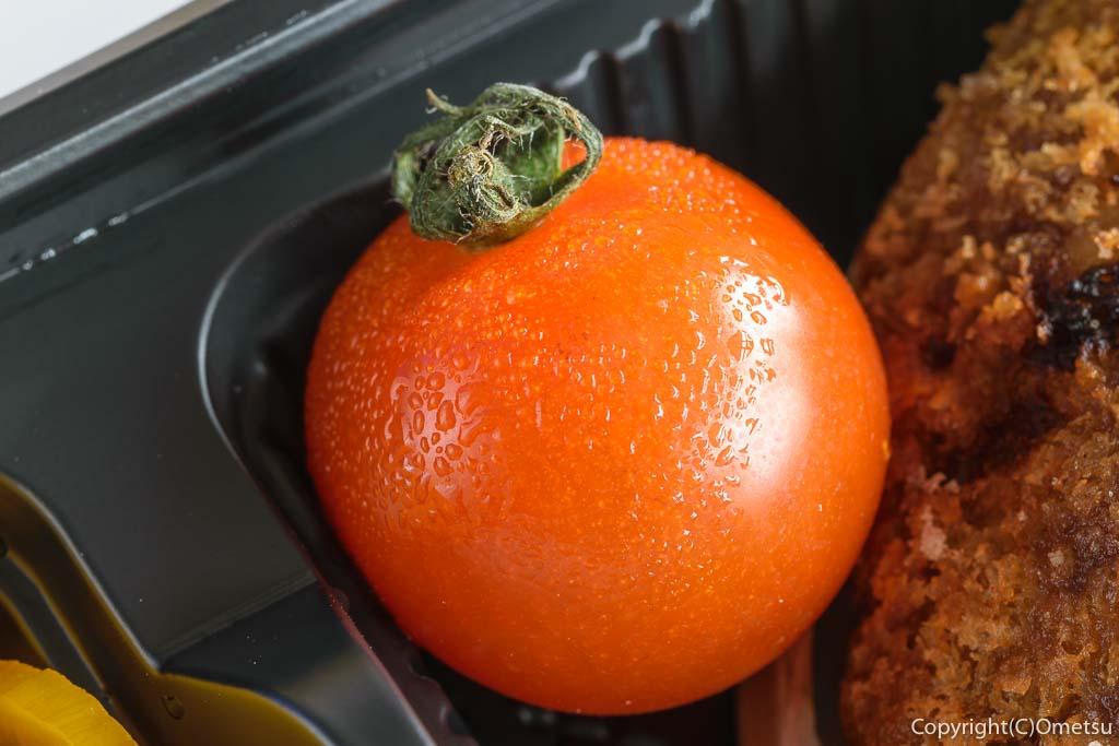 青梅市・河辺駅近くの、やきとりふうちゃんの牛肉100%メンチカツ弁当のトマト