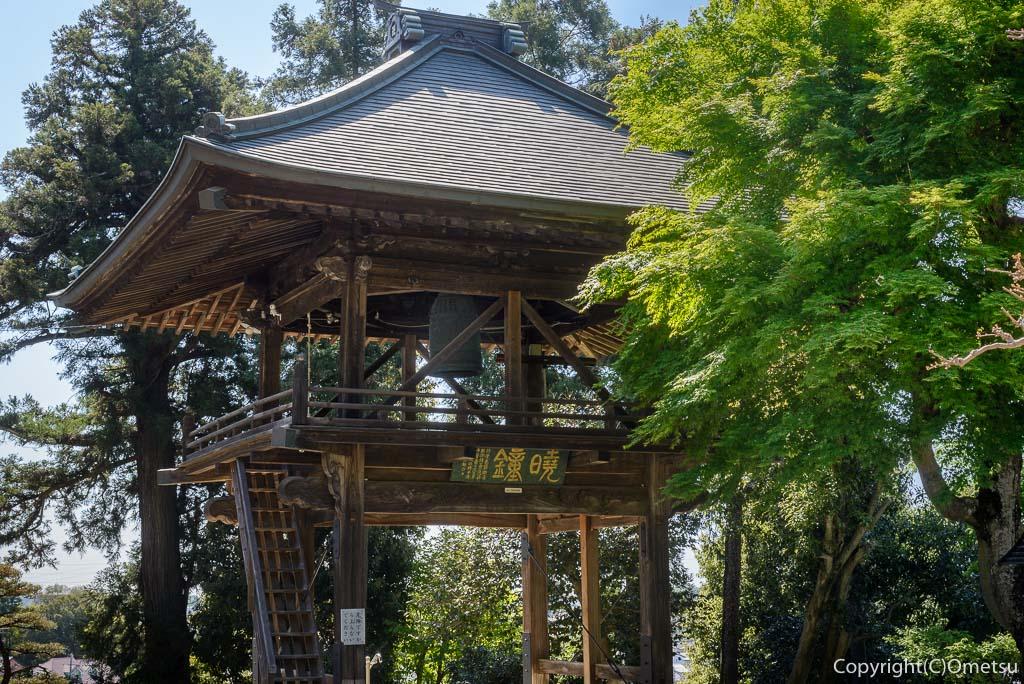 青梅市・薬王寺、山門の鐘撞き堂
