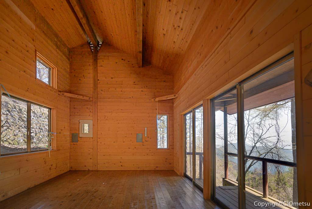 奥多摩町・御前山避難小屋の室内・内部