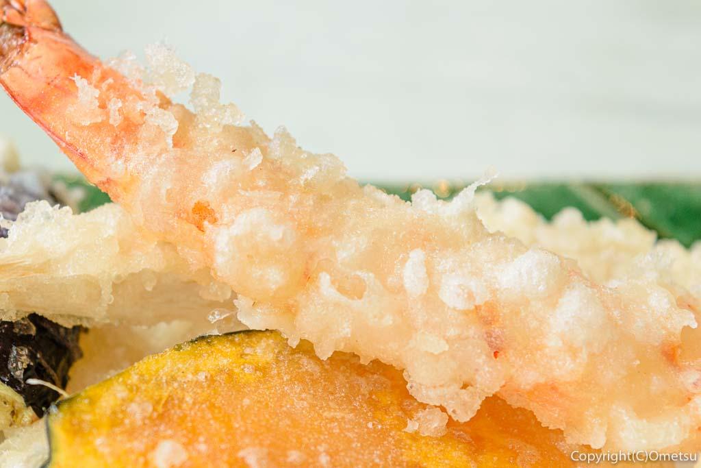 あきる野市・五日市の蕎麦店・寿庵忠左衛門の、天せいろの、エビの天ぷら