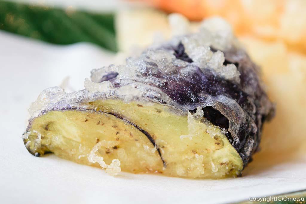 あきる野市・五日市の蕎麦店・寿庵忠左衛門の、天せいろの、ナスの天ぷら