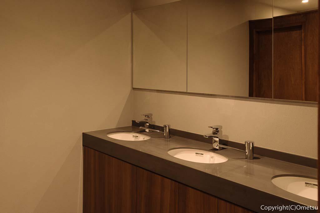 青梅市の有形文化財建築物の映画館・シネマネコの洗面所