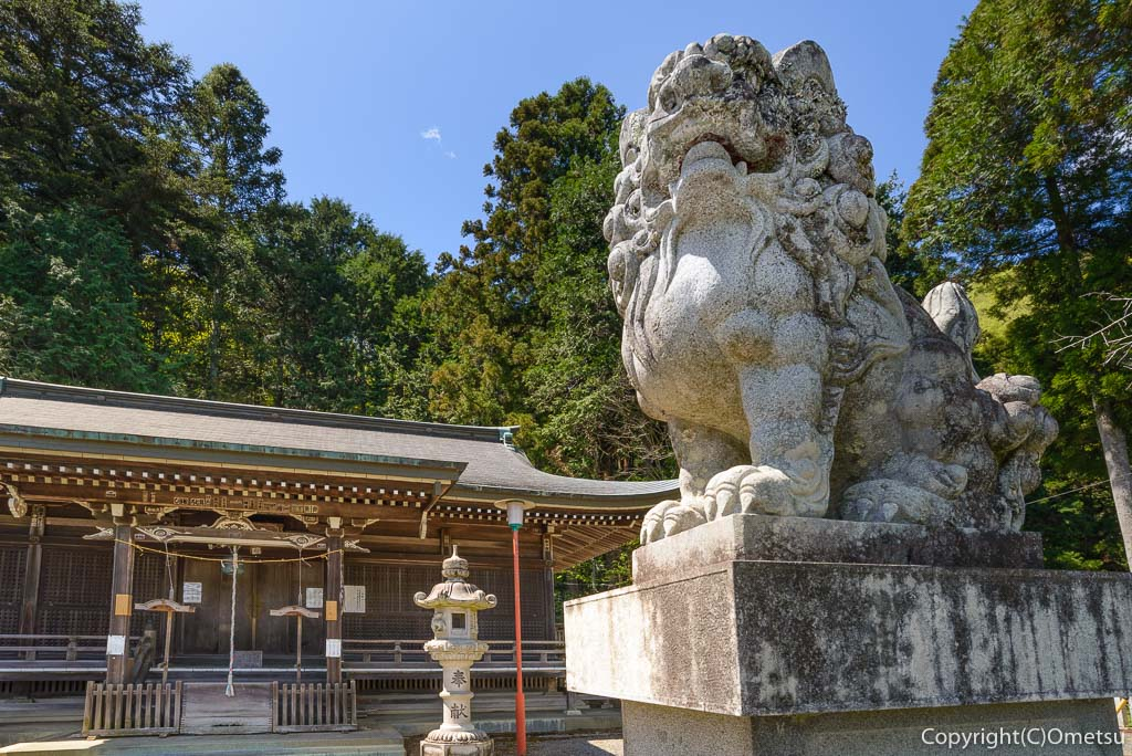 青梅の愛宕神社の拝殿と狛犬