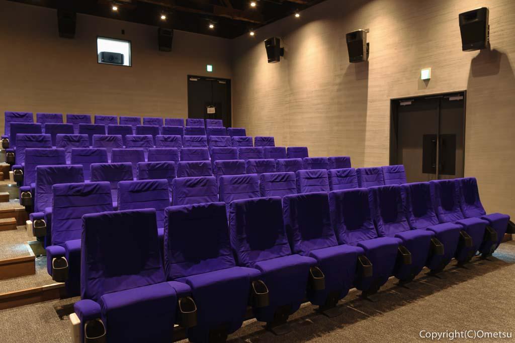 青梅市の有形文化財建築物の映画館・シネマネコの座席