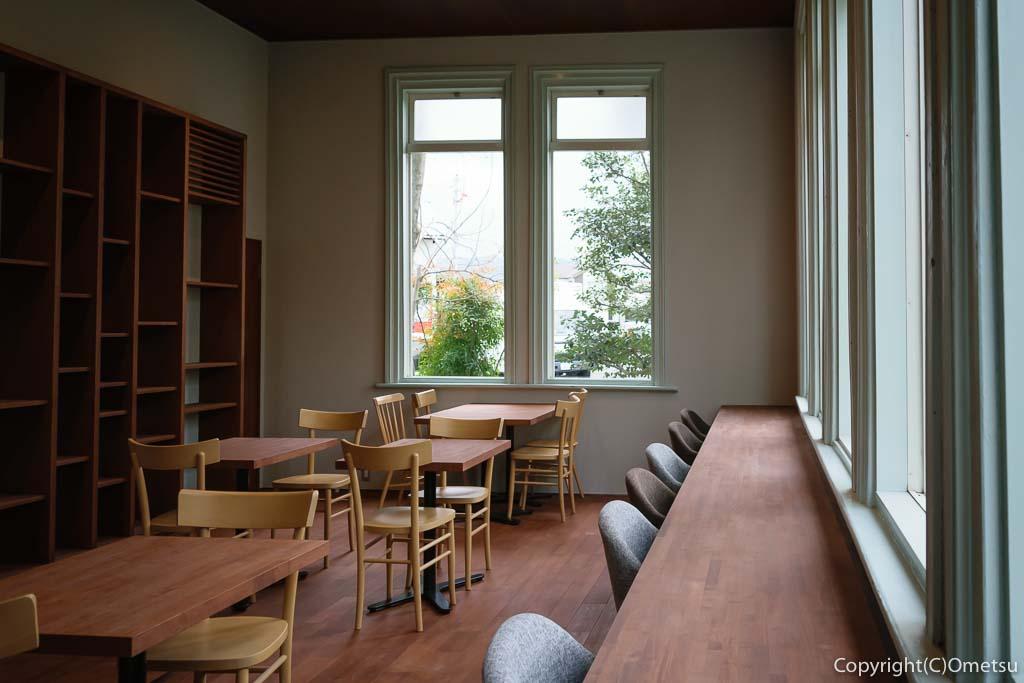 青梅市の有形文化財建築物の映画館・シネマネコのカフェスペース