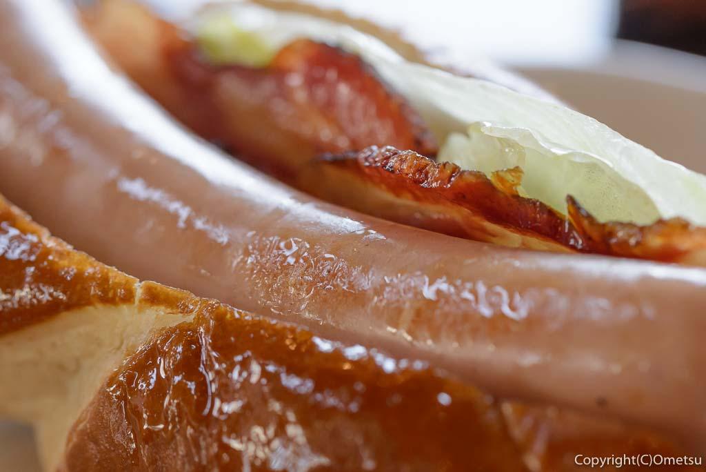 福生市・大多摩ハムのレストラン、シュトゥーベン・オータマの、福生ドッグのソーセージとベーコン