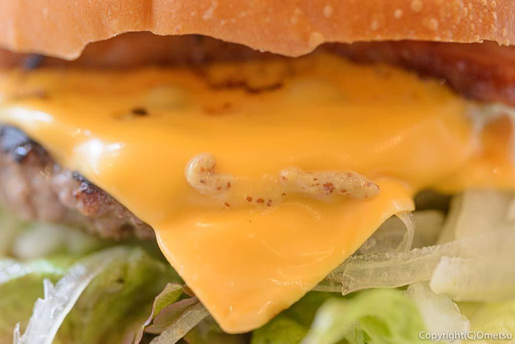 東秋留のカフェ・シャロのベーコンチーズバーガーのとろけるチーズ