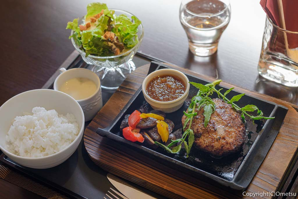 奥多摩町・海沢の東京多摩学園・カフェ&レストランSAKAの、秋山牛と奥多摩しいたけのハンバーグ